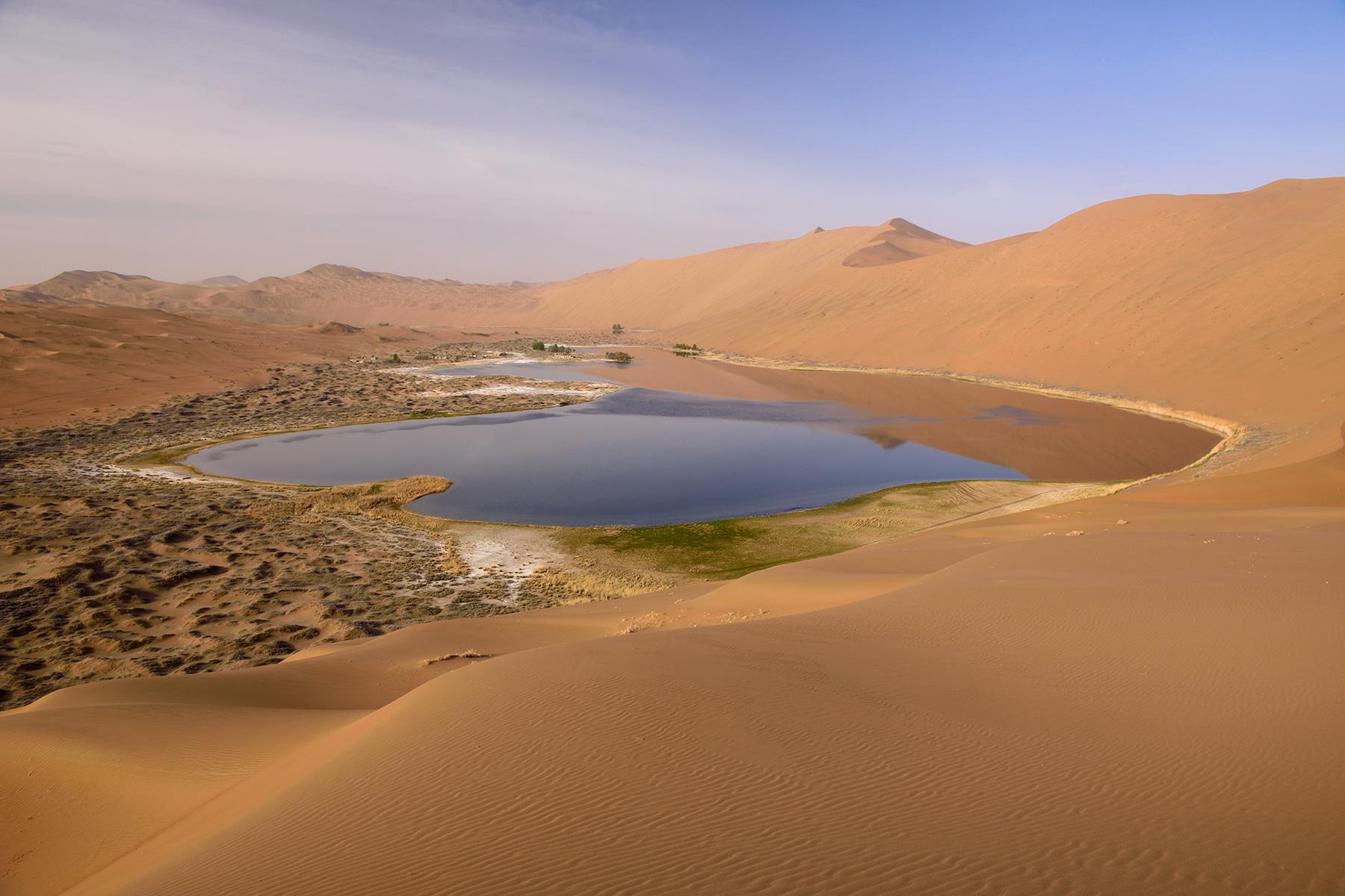Photo Désert du Badain Jaran (Chine, Mongolie Intérieure) - Lac de Suming  Ji Ling vu de haut au lever du soleil - Philippe Crochet - Photographe de  la spéléologie et du monde minéral