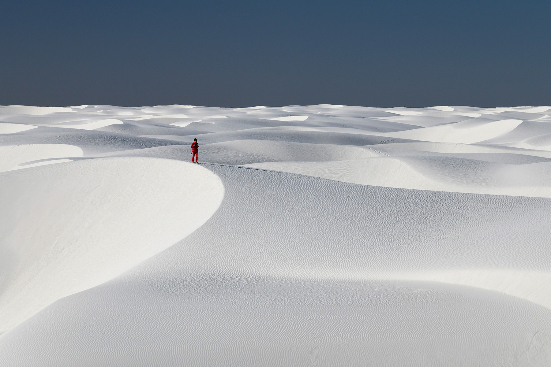 White Sands National Park (Nouveau Mexique, USA) - Ensemble de dunes de sable blanc de gypse avec personnage en rouge