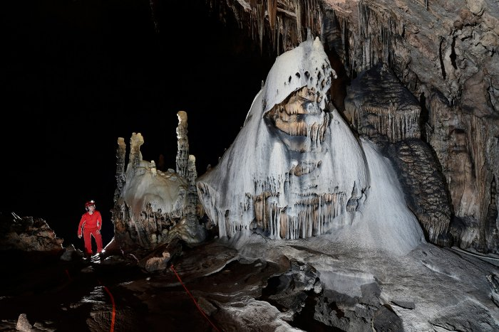"Slaughter Canyon Cave (USA - Nouveau Mexique) - Grand dôme de calcite blanche et grise (""The Klansman"")(SP-18-0912R)"