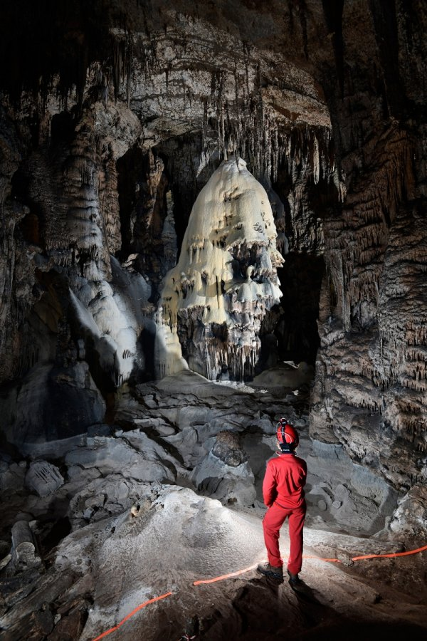 "Slaughter Canyon Cave (USA - Nouveau Mexique) - Grand dôme de calcite jaune et grise avec spéléo en premier plan (""The Christmas Tree"")(SP-18-0915)"