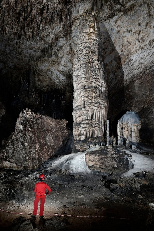 "Slaughter Canyon Cave (USA - Nouveau Mexique) - Grande colonne massive grise (""The Monarch"")(SP 18-0919)"