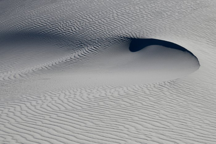 White Sands National Park (Nouveau Mexique, USA) - Dunes de sable blanc de gypse avec creux sculpté par le vent(VO-18-0232)