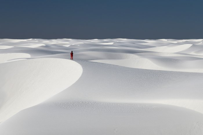 White Sands National Park (Nouveau Mexique, USA) - Ensemble de dunes de sable blanc de gypse avec personnage en rouge(VO-18-0297)